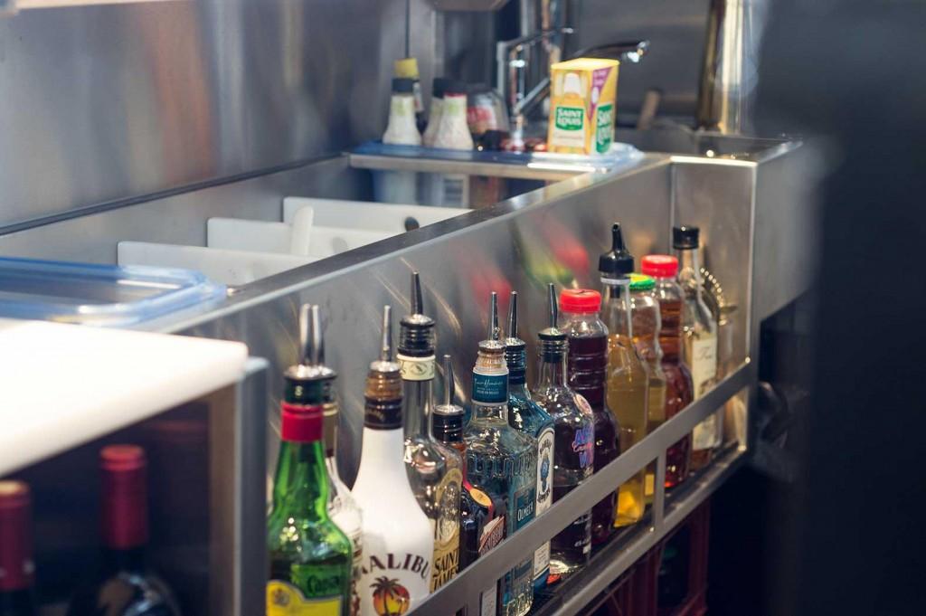 Station cocktail bar avec icewell et speedrack, rince verre shaker et évier avec grille récupératrice
