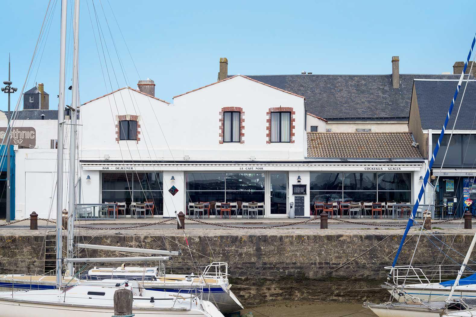 Photo de la façade du café noir de noirmoutier