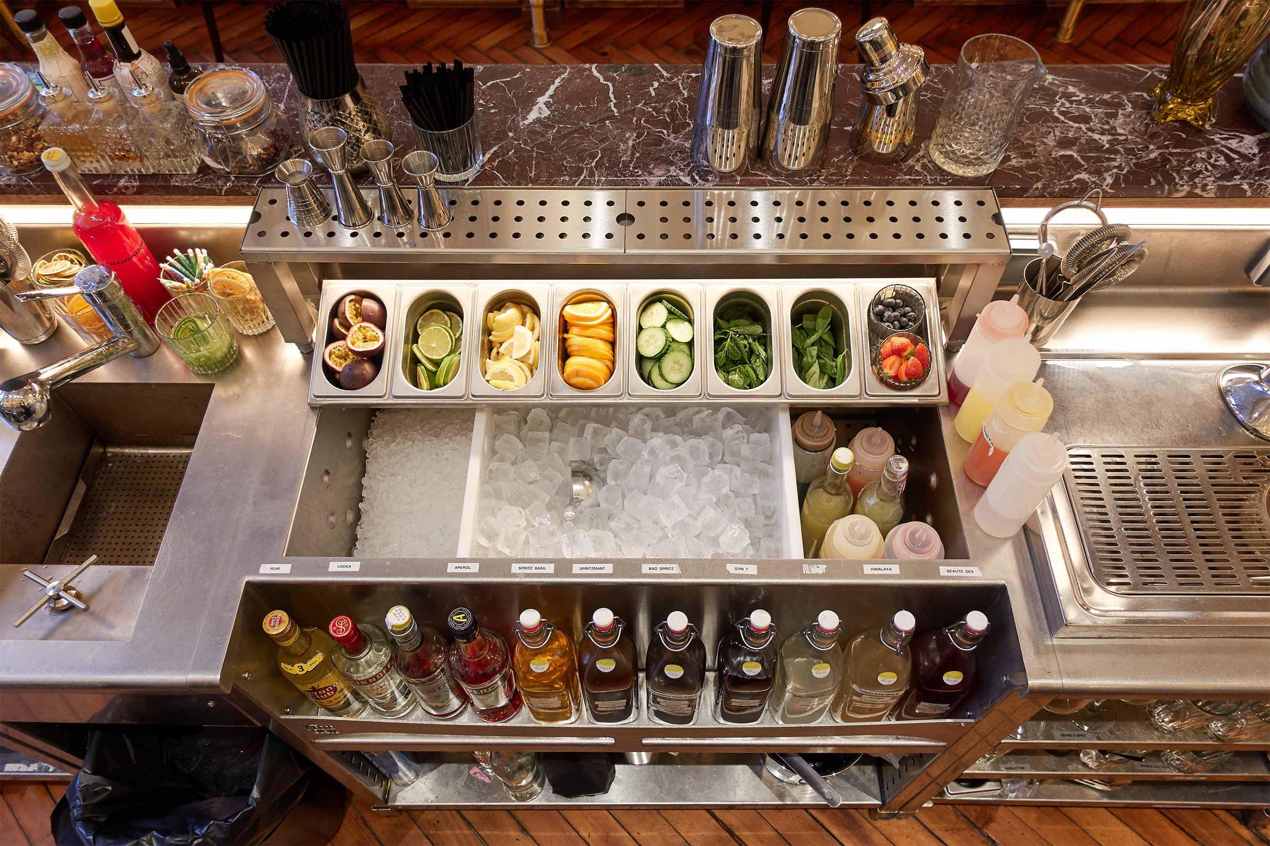 station cocktail bar circus composé d'un icewell et condiment set incliné