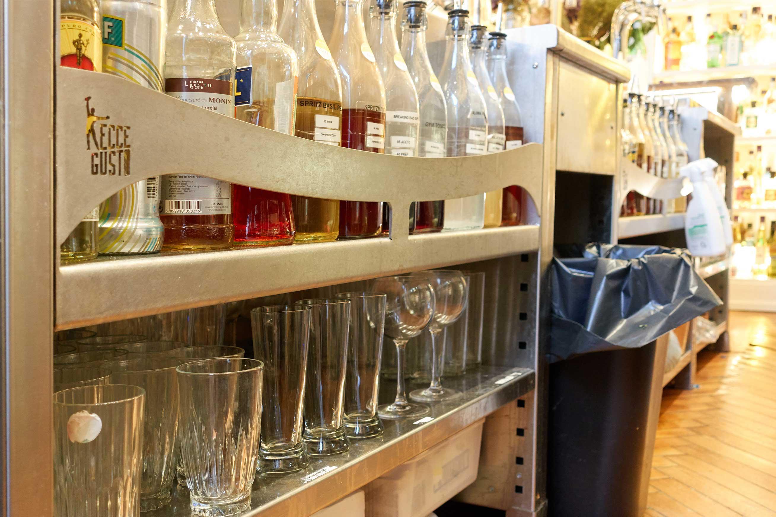 stockage de verre sous la station cocktail