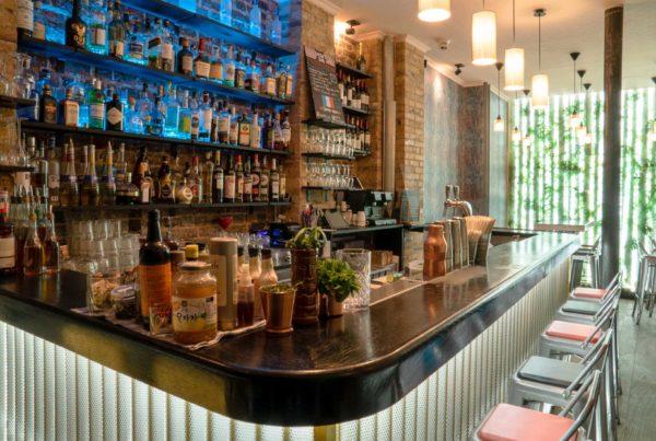 agencement bar paris avec un comptoir en bois